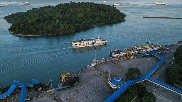 Foto aerial Pelabuhan Merak di Banten, Jumat (22/5/2020). Menjelang Hari Raya Idul Fitri 1441 H, arus penyeberangan penumpang di Pelabuhan Merak mengalami penurunan penumpang hingga 98,3 persen jika dibandingkan periode yang sama pada tahun lalu dikarenakan adanya aturan larangan mudik dari pemerintah demi mencegah penyebaran pandemi COVID-19. ANTARA FOTO/Galih Pradipta/pras.