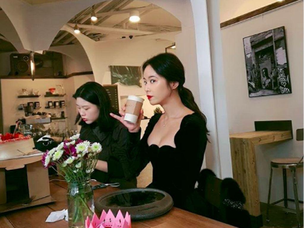 Pesona Hwang Jung Eum, Pemain Mystic Pop-up Bar Saat Kulineran