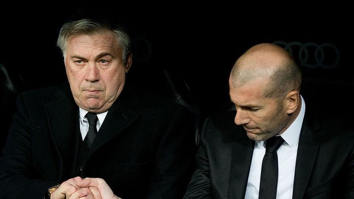 MADRID, SPAIN - FEBRUARY 05: Head coach Carlo Ancelotti (L) of Real Madrid CF shake hands with his assistant coach Zinedine Zidane (R) during the Copa del Rey semifinal first leg match between Real Madrid CF and Club Atletico Madrid at Estadio Santiago Bernabeu on February 5, 2014 in Madrid, Spain.  (Photo by Gonzalo Arroyo Moreno/Getty Images)