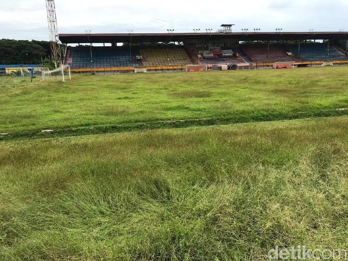 Stadion Andi Mattalatta tak terawat.