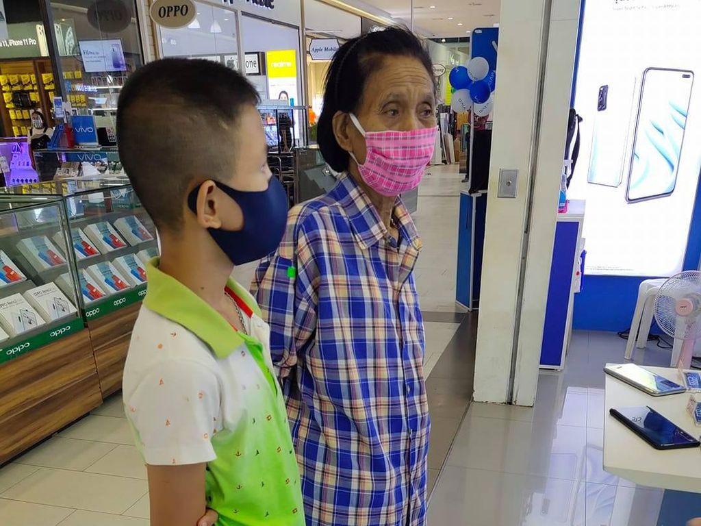 Kisah Sedih Nenek Carikan Ponsel untuk Cucunya dengan Uang Pas-pasan