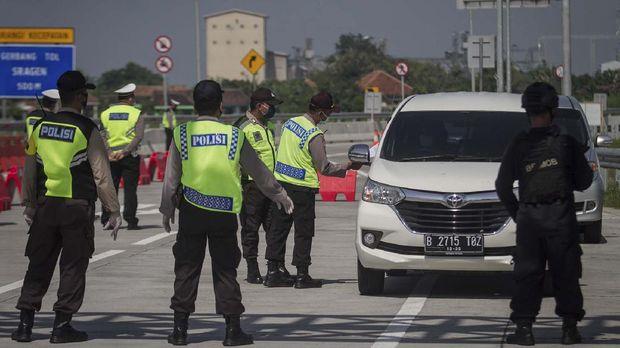 Petugas Kepolisian Polresta Sragen memeriksa kendaraan yang keluar tol melalui Gerbang Tol Sragen, Jawa Tengah, Jumat (22/5/2020). Pemeriksaan tersebut sebagai upaya penyekatan pemudik yang hendak masuk Sragen untuk memutus rantai penyebaran COVID-19. ANTARA FOTO/Mohammad Ayudha/prs.