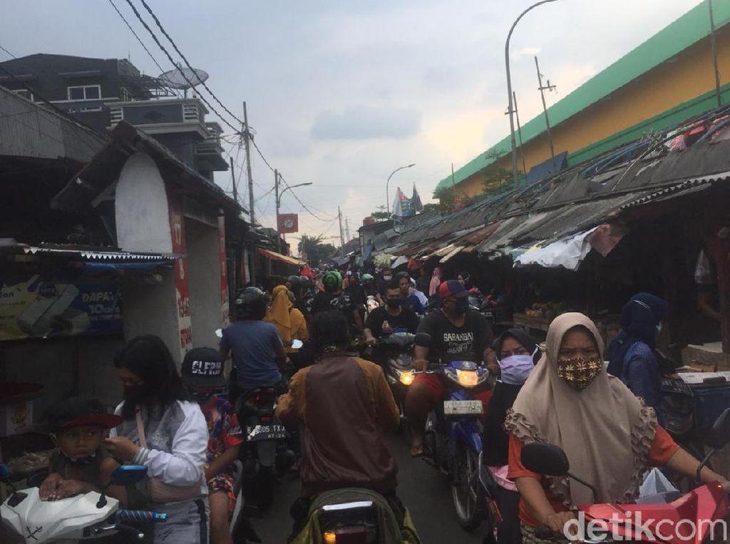 Cerita Warga Tetap Belanja Lebaran di Pasar Kramat Jati saat Corona