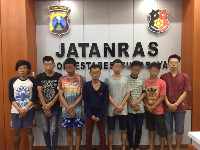 Amankan 4 Pelaku Pengeroyokan di Surabaya, Polisi Sita Pedang hingga Celurit