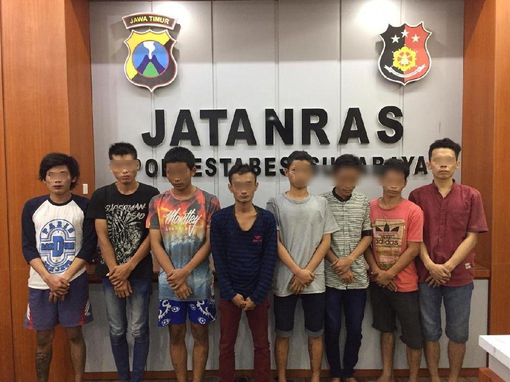 4 Pelaku Pengeroyokan di Surabaya Diamankan, Polisi Sita Pedang hingga Celurit