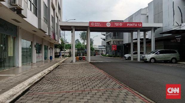 Pasar Modern Intermoda di Cisauk, Tangerang terlihat lenggang pada Sabtu (23/5) pagi hari. Pasar terlihat sepi meski menjelang hari raya  Idul Fitri 1441.