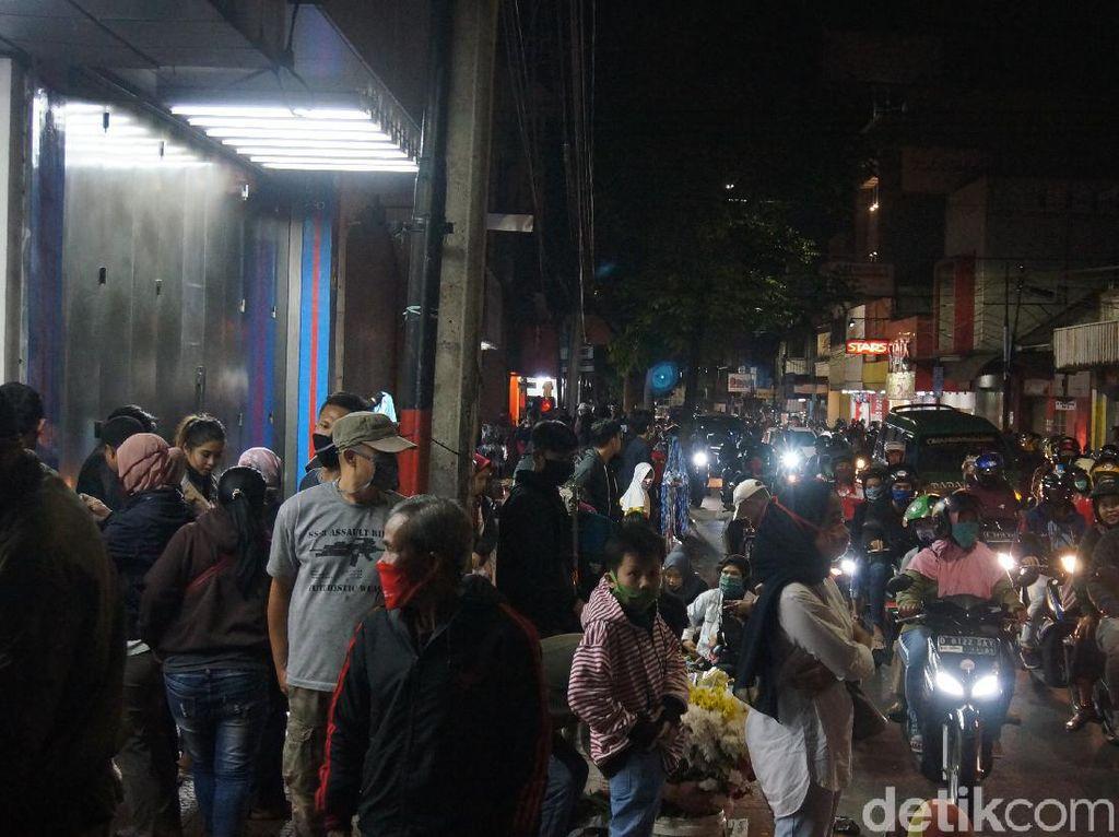 Malam Takbiran, Warga Cimahi Berkerumun di Pusat Perbelanjaan