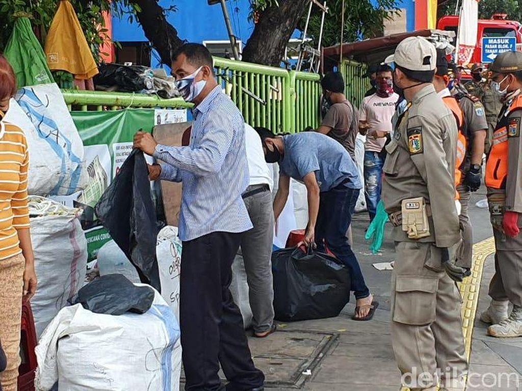 Penampakan Tanah Abang Ramai, Satpol PP Tutup Lapak Pedagang