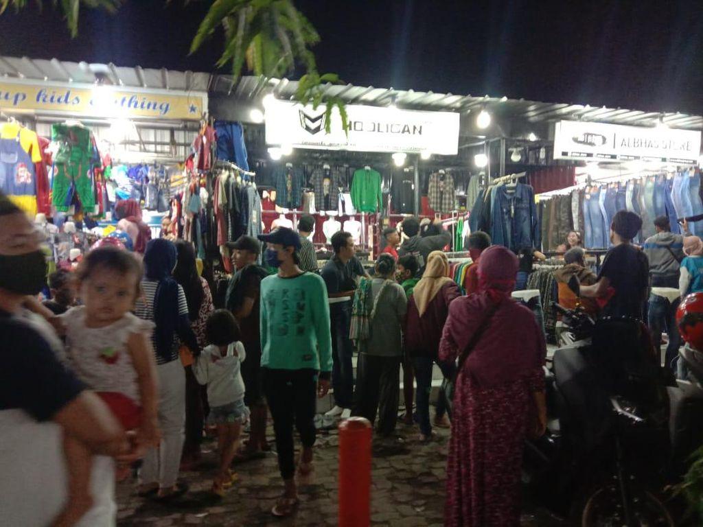 Malam Takbiran, Pasar di Surabaya Ramai Pembeli yang Abai dan Tak Bermasker