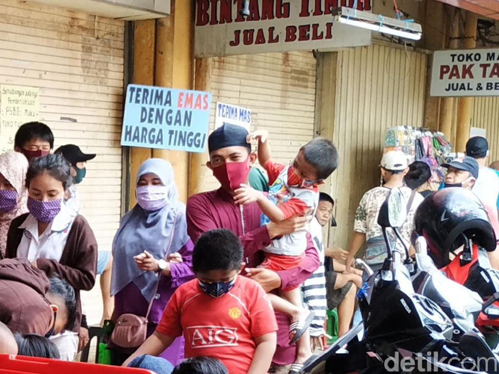 Lewat Pengeras Suara, Pengunjung Pasar Kebayoran Lama Diminta Tak Berkerumun