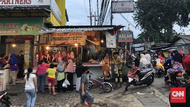 Pasar Kreo, Jl. HOS Cokroaminoto, Kec. Larangan, Kota Tangerang, Banten, penuh sesak pada H-1 Idul Fitri yang jatuh pada 24 Mei 2020.