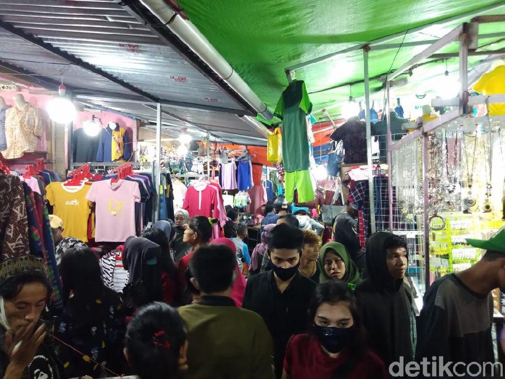 Tanpa Jarak-Tak Bermasker, Warga Makassar Padati Pasar Senggol