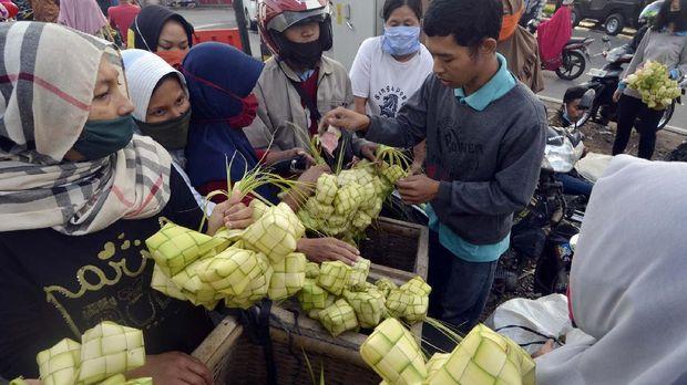 Pedagang kulit ketupat musiman melayani pembeli di kawasan Pasar Tugu, Bandar Lampung, Lampung, Sabtu (23/5/2020). ANTARA FOTO/Ardiansyah/hp.