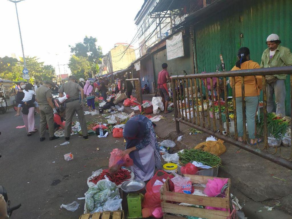 Jelang Buka Puasa, Satpol PP Amankan Kawasan Pasar Minggu