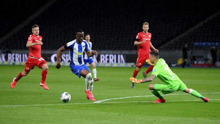BERLIN, GERMANY - MAY 22: Dodi Lukébakio of Hertha Berlin scores the 2nd goal during the Bundesliga match between Hertha BSC and 1. FC Union Berlin at Olympiastadion on May 22, 2020 in Berlin, Germany. The Bundesliga and Second Bundesliga is the first professional league to resume the season after the nationwide lockdown due to the ongoing Coronavirus (COVID-19) pandemic. All matches until the end of the season will be played behind closed doors.  (Photo by Stuart Franklin/Getty Images)