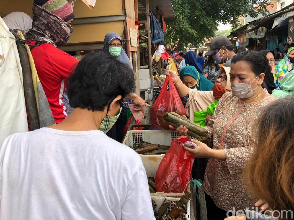 Sesak, Begini Suasana Pasar di Kota Bekasi H-1 Lebaran