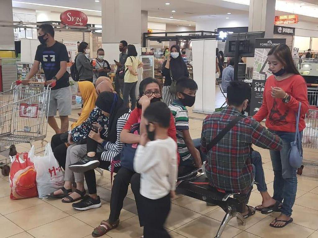 Banyak Warga Surabaya Nekat ke Mal Beli Baju Lebaran di Malam Takbiran