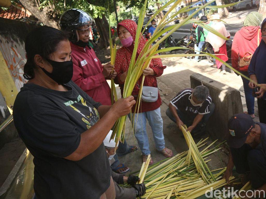 Laris Manis Pedagang Ketupat Jelang Lebaran
