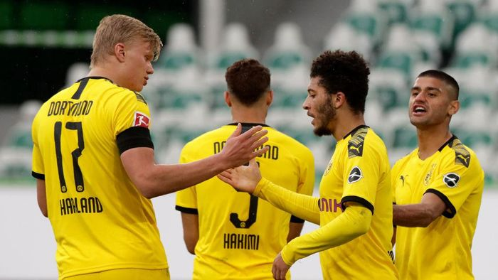 WOLFSBURG, GERMANY - MAY 23: Jadon Sancho of Borussia Dortmund celebrates with Erling Haaland after Achraf Hakimi (Obscured) scored their sides second goal during the Bundesliga match between VfL Wolfsburg and Borussia Dortmund at Volkswagen Arena on May 23, 2020 in Wolfsburg, Germany. (Photo by Michael Sohn/Pool via Getty Images)