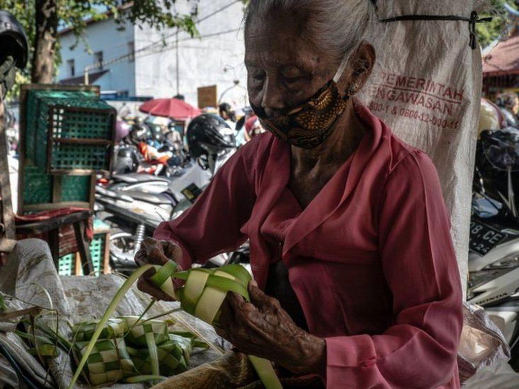 Lebaran di Tengah Pandemi, dari Makan Ketupat Sampai Berbagi Paket Makanan