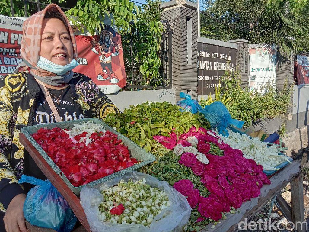 Ziarah Makam Sepi, Omzet Penjual Kembang Nyekar di Surabaya Anjlok