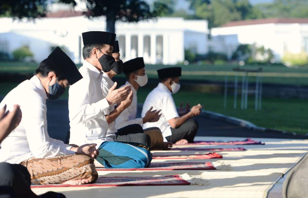 Presiden Joko Widodo bersama dengan Ibu Negara Iriana Joko Widodo melaksanakan salat Idulfitri 1441 H di halaman depan Wisma Bayurini, Istana Kepresidenan Bogor, pada Minggu pagi, 24 Mei 2020.