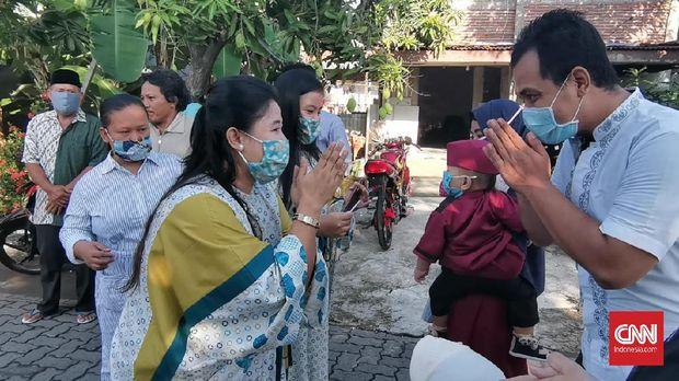 Meski dihimbau untuk tidak saling anjangsana, sejumlah warga di perkampungan Kota Semarang tetap melakukan halal bihalal atau silaturahmi bermaafan di masyarakat.