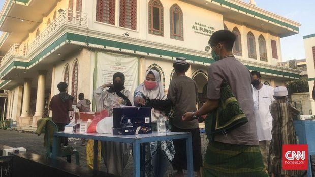 Jamaah menggelar kegiatan Salat Idul Fitri 1441 H secara massal di Masjid Jami Al-Fuqron, Kelurahan Pejuang, Kecamatan Medan Satria, Kota Bekasi, Jawa Barat, Minggu (24/5).