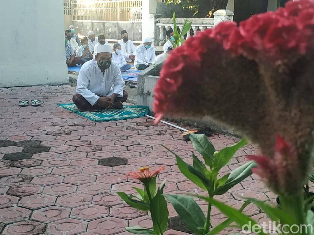 Salat Id Unik di Sidoarjo: Imam dalam Masjid, Makmum Depan Rumah Masing-masing