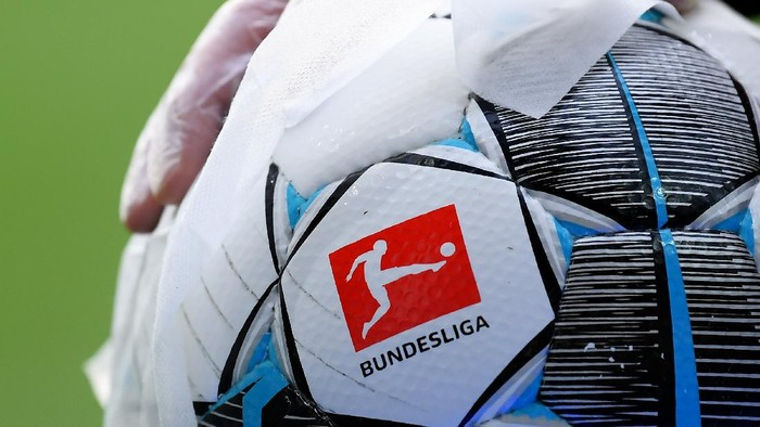 BREMEN, GERMANY - MAY 18: An employee of Werder Bremen disinfects an official match ball ahead of the Bundesliga match between SV Werder Bremen and Bayer 04 Leverkusen at Wohninvest Weserstadion on May 18, 2020 in Bremen, Germany. The Bundesliga and Second Bundesliga is the first professional league to resume the season after the nationwide lockdown due to the ongoing Coronavirus (COVID-19) pandemic. All matches until the end of the season will be played behind closed doors. (Photo by Stuart Franklin/Getty Images)