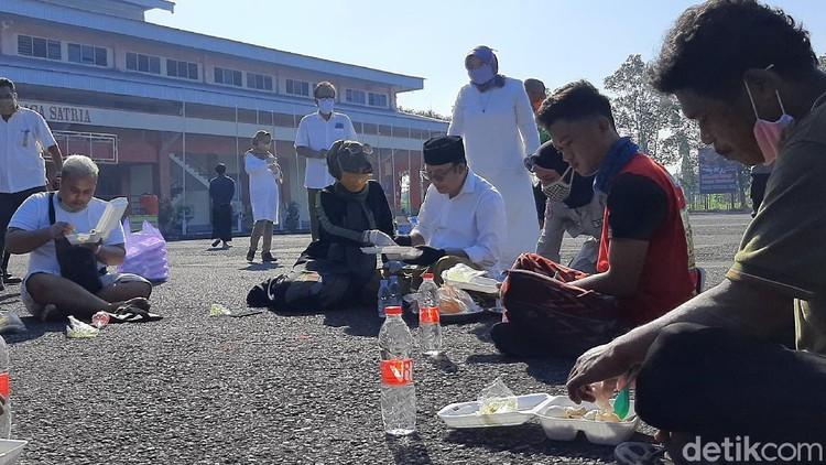 Bupati Banyumas Makan Opor Bareng Pemudik di Tempat Karantina