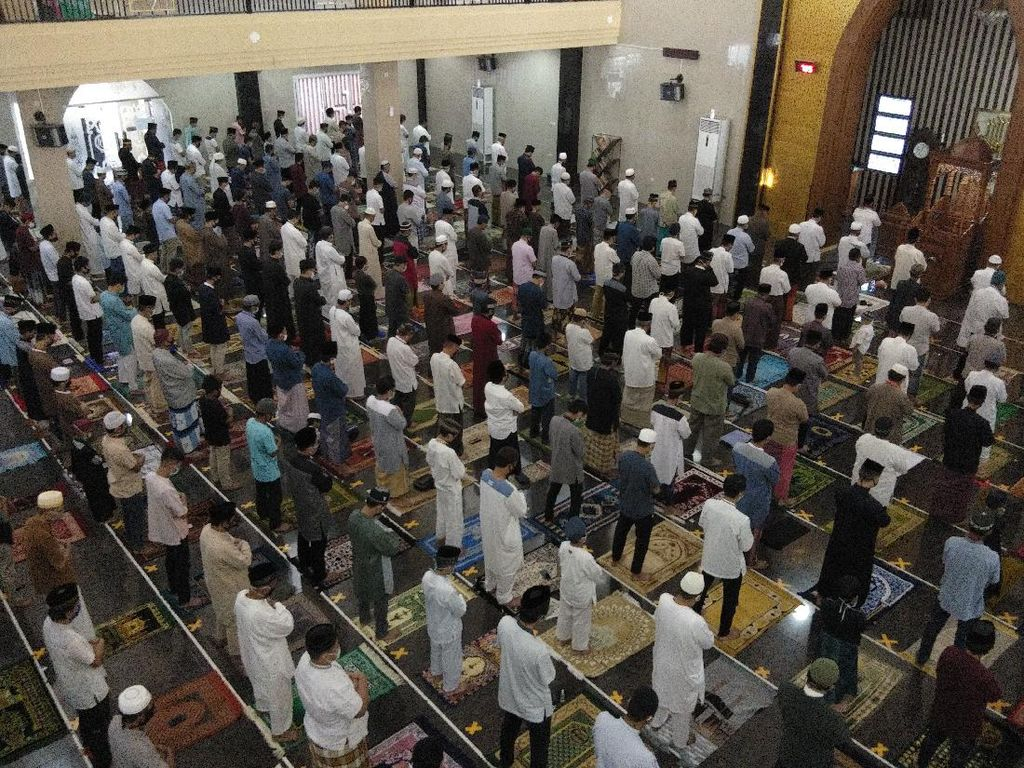 Bermasker-Jaga Jarak, Ratusan Warga Salat Id di Masjid Jamiul Ihsan Makassar
