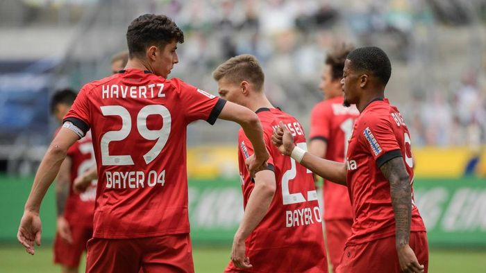 MOENCHENGLADBACH, GERMANY - MAY 23: Kai Havertz and Leon Bailey of Bayer 04 Leverkusen celebrate their sides third goal during the Bundesliga match between Borussia Moenchengladbach and Bayer 04 Leverkusen at Borussia-Park on May 23, 2020 in Moenchengladbach, Germany. (Photo by Ina Fassbender/Pool via Getty Images)