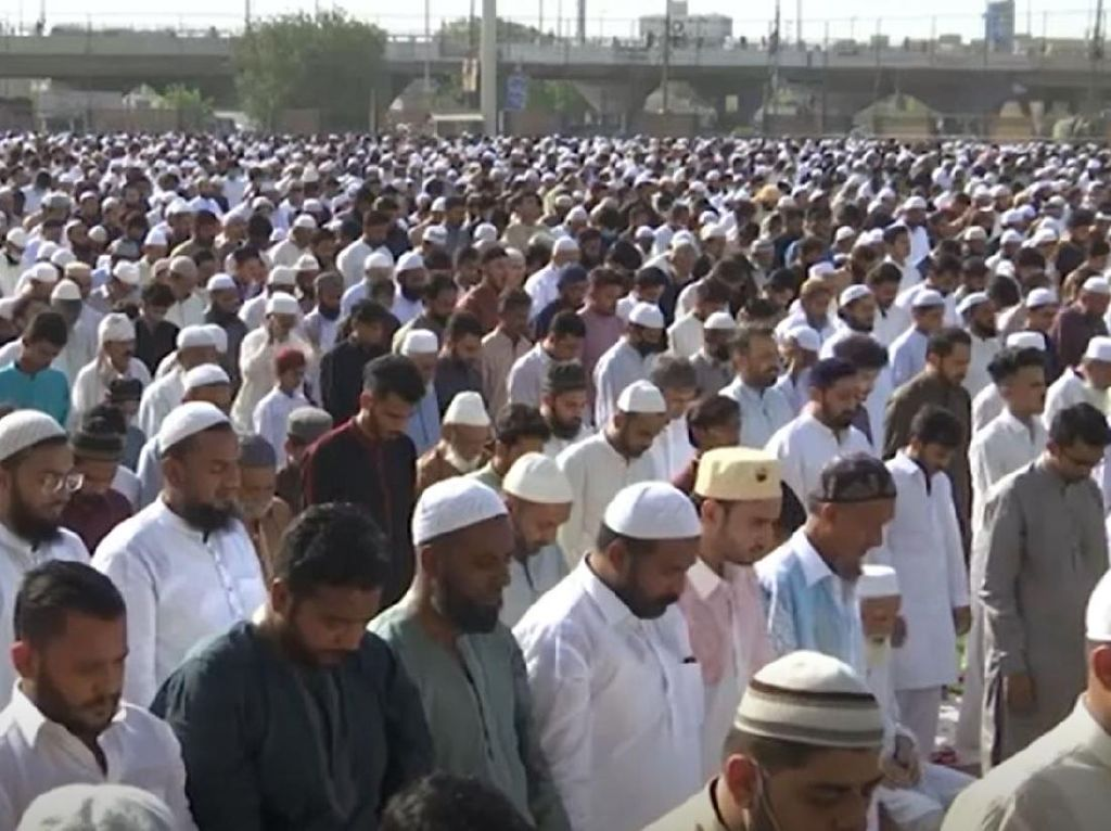 Ribuan Jemaah Salat Id Tanpa Jarak di Pakistan