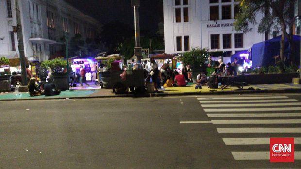 Kerumunan pedagang kaki lima (PKL) mengundang keramaian di malam takbiran di kawasan Kota Tua, Tamansari, Jakarta Barat, Sabtu (23/5/2020)