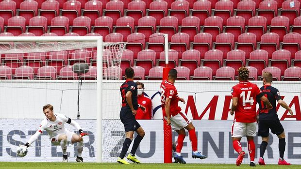 Leipzig's Timo Werner, right, scores the first goal a German Bundesliga soccer match between FSV Mainz 05 and RB Leipzig in Mainz, Germany, Sunday, May 24, 2020.  (Kai Pfaffenbach/pool via AP)