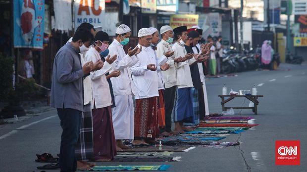 Warga melaksanakan salat Idul Fitri di Masjid Raya At Taqwa, Pekayon Jaya, Bekasi, Jawa Barat, Minggu, 24 Mei 2020. Beberapa wilayah zona hijau di Kota Bekasi melaksanakan salat ied di masjid maupun lapangan dengan menggunakan protokol kesehatan. CNNIndonesia/Safir Makki