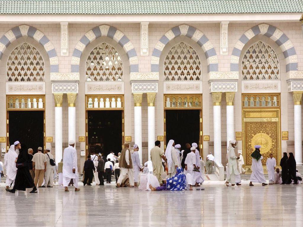 Bermasker, Jamaah Salat ID di Masjid Nabawi