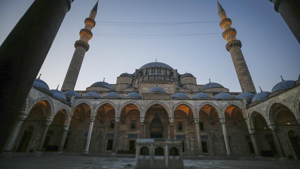 Melihat Masjid Bersejarah di Turki yang Gelar Salat Id Terbatas
