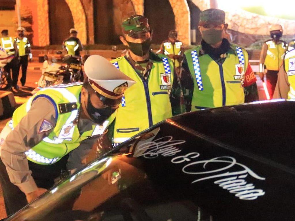 Polisi-TNI Tuban Patroli Cegah Penyebaran Corona, Jasa Penukaran Uang Dibubarkan