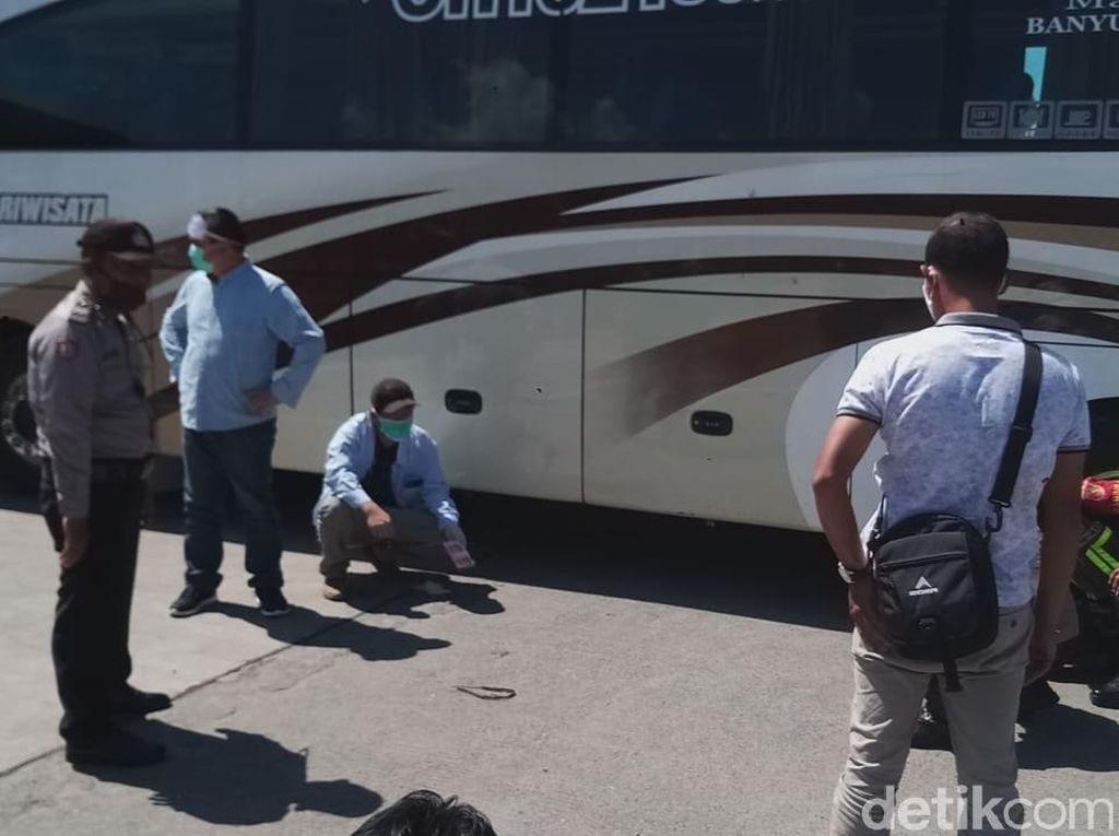 Enggan Dipulangkan, TKA China Ngamuk dan Sembunyi di Kolong Bus