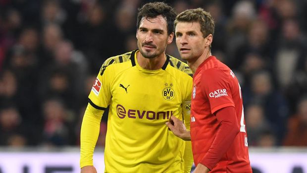 Bayern Munich's striker Thomas Mueller (R) marks Dortmund's defender Mats Hummels (L) during the German first division Bundesliga football match FC Bayern Munich vs BVB Borussia Dortmund in Munich, southern Germany, on November 9, 2019. (Photo by Christof STACHE / AFP) / DFL REGULATIONS PROHIBIT ANY USE OF PHOTOGRAPHS AS IMAGE SEQUENCES AND/OR QUASI-VIDEO