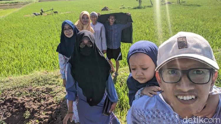Cerita Warga Ponorogo Lewat Sawah Demi Sungkem Gegara Gang Desa Diportal