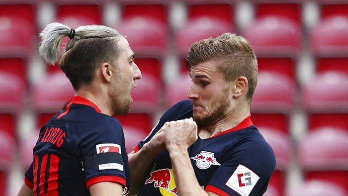 Leipzigs Timo Werner celebrates scoring their fourth goal with Kevin Kampl during a German Bundesliga soccer match between FSV Mainz 05 and RB Leipzig in Mainz, Germany, Sunday, May 24, 2020.  (Kai Pfaffenbach/pool via AP)