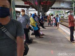 Stasiun Tanah Abang Ramai Penumpang, Petugas Aktif Sosialisasi Jaga Jarak