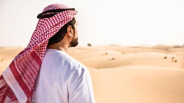 arabic sheik on the desert praying