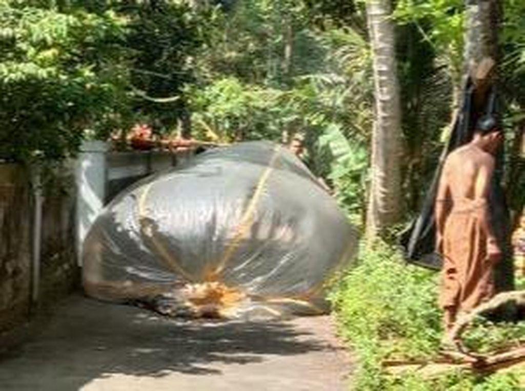 Balon Udara Ukuran 3 Meter Jatuh di Klaten, Warga: Ada Apinya