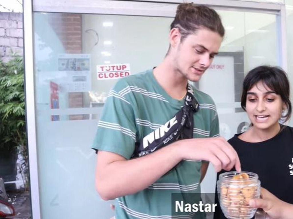 Komentar Para Bule di Bali Saat Cicip Kue Kering Lebaran