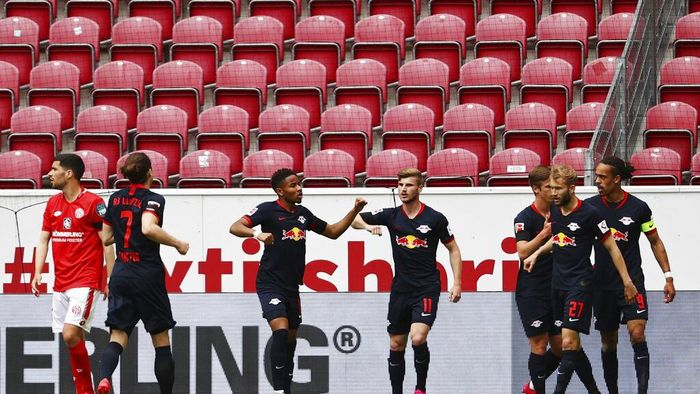 Leipzigs Timo Werner,center, celebrates after scoring the first goal with teammates during a German Bundesliga soccer match between FSV Mainz 05 and RB Leipzig in Mainz, Germany, Sunday, May 24, 2020.  (Kai Pfaffenbach/pool via AP)