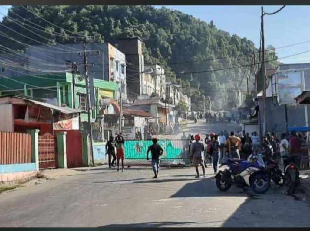 Pria Mabuk di Papua Tewas Hindari Water Cannon, Warga Protes Palang Jalan